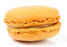 Gele macaron op witte achtergrond Stock Afbeeldingen