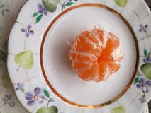 Gele Mandarin op de kleurenplaat stock fotografie
