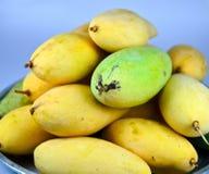 Gele mango in de kom Stock Afbeelding