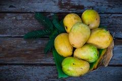 Gele mango met houten vloer Stock Afbeelding