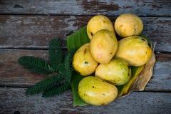 Gele mango met houten vloer Stock Fotografie