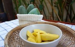 Gele mango's klaar om met groene mango'sachtergrond te eten Royalty-vrije Stock Foto's