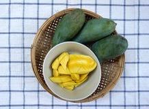 Gele mango's klaar om met groene mango'sachtergrond te eten Stock Foto's