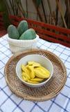 Gele mango's klaar om met groene mango'sachtergrond te eten Stock Afbeeldingen
