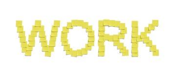 Gele memorandumnota's die het WERK en met inbegrip van het knippen van weg illustreren Stock Foto's