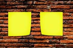 Gele memorandumstok op bakstenen muurachtergrond Royalty-vrije Stock Foto