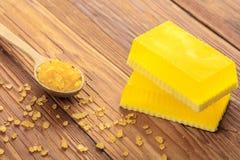 Gele met de hand gemaakte zeep en fytozout Stock Foto's