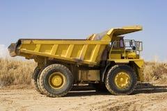 Gele mijnbouwvrachtwagen stock foto's