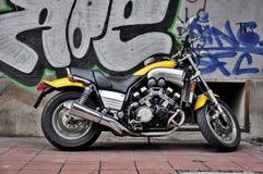 Gele motorfiets stock afbeeldingen