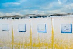 Gele muren en vensters Stock Afbeeldingen
