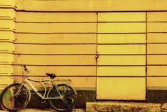 Gele muur en deur stock fotografie