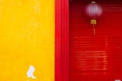 Gele muur en rode deur Royalty-vrije Stock Fotografie
