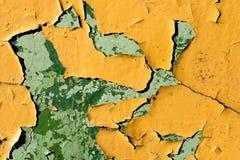 Gele muur met afgebroken verf Stock Foto