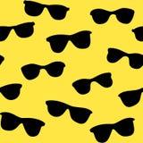 Gele naadloze achtergrond met zwarte zonnebril Stock Afbeeldingen