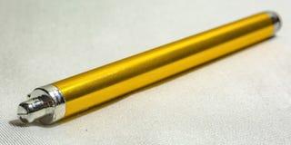 Gele naaldpen op een witte geweven oppervlakte stock afbeelding