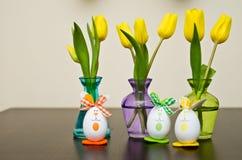 Gele narcisbloemen en paaseieren Royalty-vrije Stock Foto