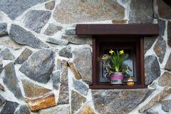 Gele narcissen in bloempot op vensterbank in klein in een nis gezet venster stock afbeeldingen
