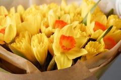 Gele narcissen De lentebloem op retro lijst Modieus bureau Plaats voor ingangen Plaats voor de inschrijving Boeket Royalty-vrije Stock Foto's