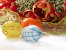 Gele narcissen en eieren Stock Foto's