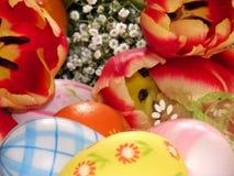 Gele narcissen en eieren Stock Afbeelding