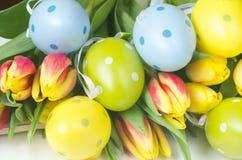 Gele narcissen en Eieren stock afbeeldingen
