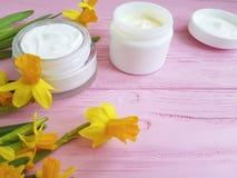 gele narcissen kosmetische organische room een houten roze stock foto's