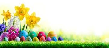 Gele narcissenhyacinten en Verfraaide Eieren op Groene Weide - Pasen-Vakantie royalty-vrije stock afbeeldingen