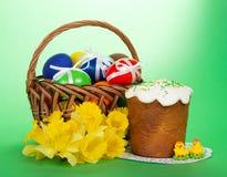 Gele narcissuses, Pasen-cake en eieren stock afbeelding