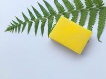 Gele natuurlijke oliezeep stock afbeelding