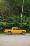 Gele oogstvrachtwagen stock foto