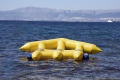 Gele opblaasbaar in oceaan royalty-vrije stock afbeeldingen