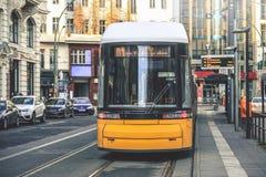 Gele openbaar vervoertram in Berlijn royalty-vrije stock fotografie