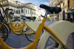 Gele openbare stedelijke fietsen in de stad van Milaan voor huur Royalty-vrije Stock Fotografie