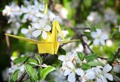 Gele origamidocument kraan Stock Foto's