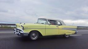 Gele oude auto royalty-vrije stock fotografie