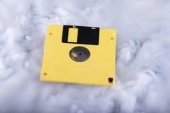 Gele oude en retro diskette Het conceptuele beeld van de informatiewolk Royalty-vrije Stock Afbeeldingen