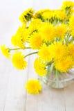 Gele paardebloemen in vaas royalty-vrije stock afbeeldingen