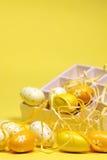 Gele Paaseieren met een doos Stock Afbeeldingen