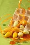 Gele Paaseieren met een doos, bloemen en lint Stock Afbeelding
