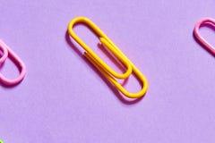 Gele paperclip tussen roze degenen royalty-vrije stock afbeeldingen