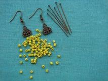 Gele parels en stukken voor het maken van oorringen, met de hand gemaakte juwelen Royalty-vrije Stock Afbeelding