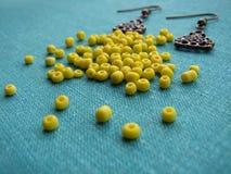 Gele parels en stukken voor het maken van oorringen, met de hand gemaakte juwelen Royalty-vrije Stock Foto's