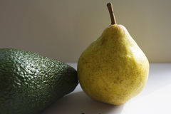 Gele peer met avocado Stock Foto's