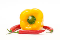 Gele peper met rode Spaanse peperpeper Royalty-vrije Stock Foto's