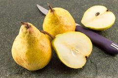 Gele peren op een lijst Stock Afbeelding