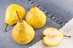 Gele peren op een paar jeans Stock Afbeeldingen