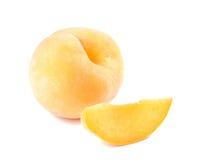 Gele perzik, de stukken van de Perzikbesnoeiing op witte achtergrond Royalty-vrije Stock Foto