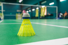 Gele plastic badmintonshuttle Stock Foto