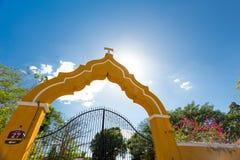 Gele poort in Izamal, Mexico royalty-vrije stock afbeelding