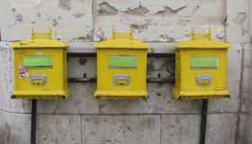 3 gele Postbussen stock foto